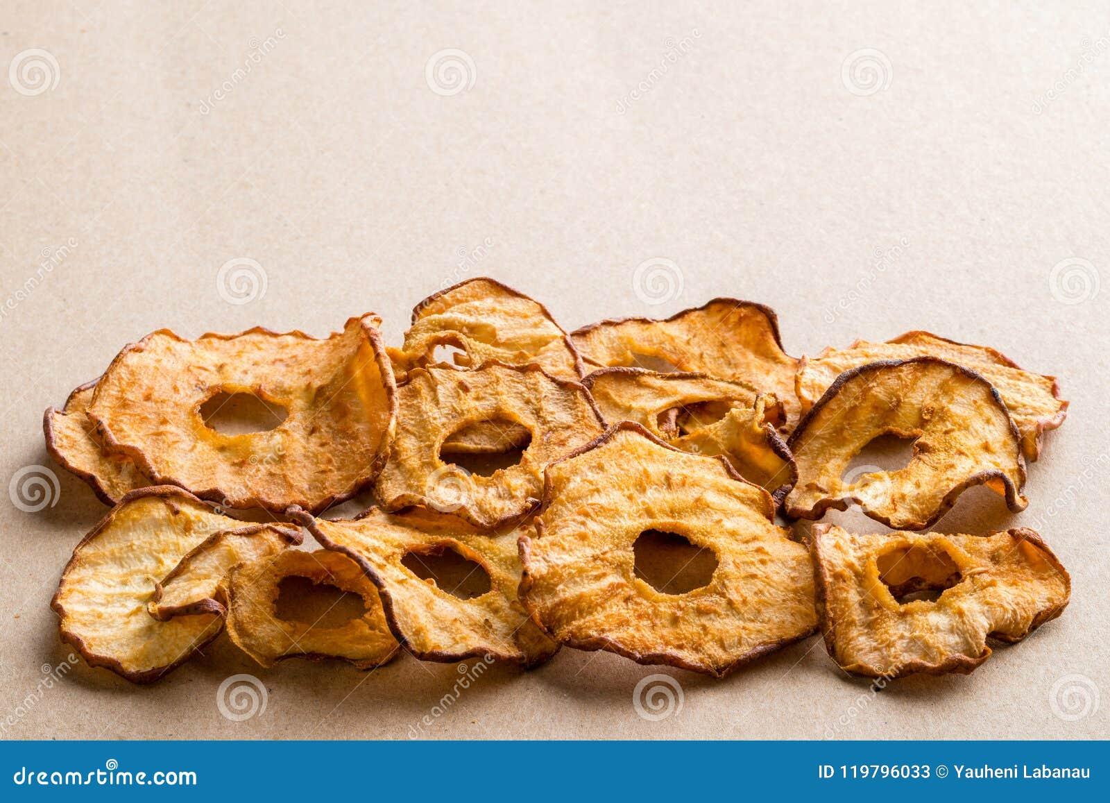 Casse-croûte sain Les anneaux secs savoureux de pomme et de poire ébrèche sur la lumière b