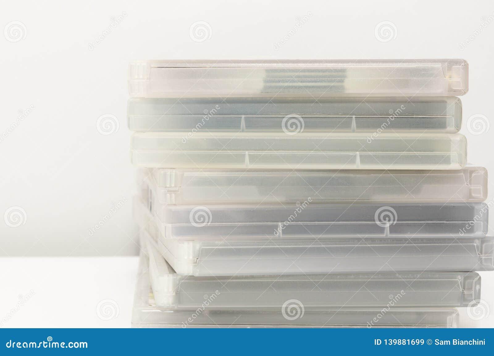 Casse di DVD impilate su superficie