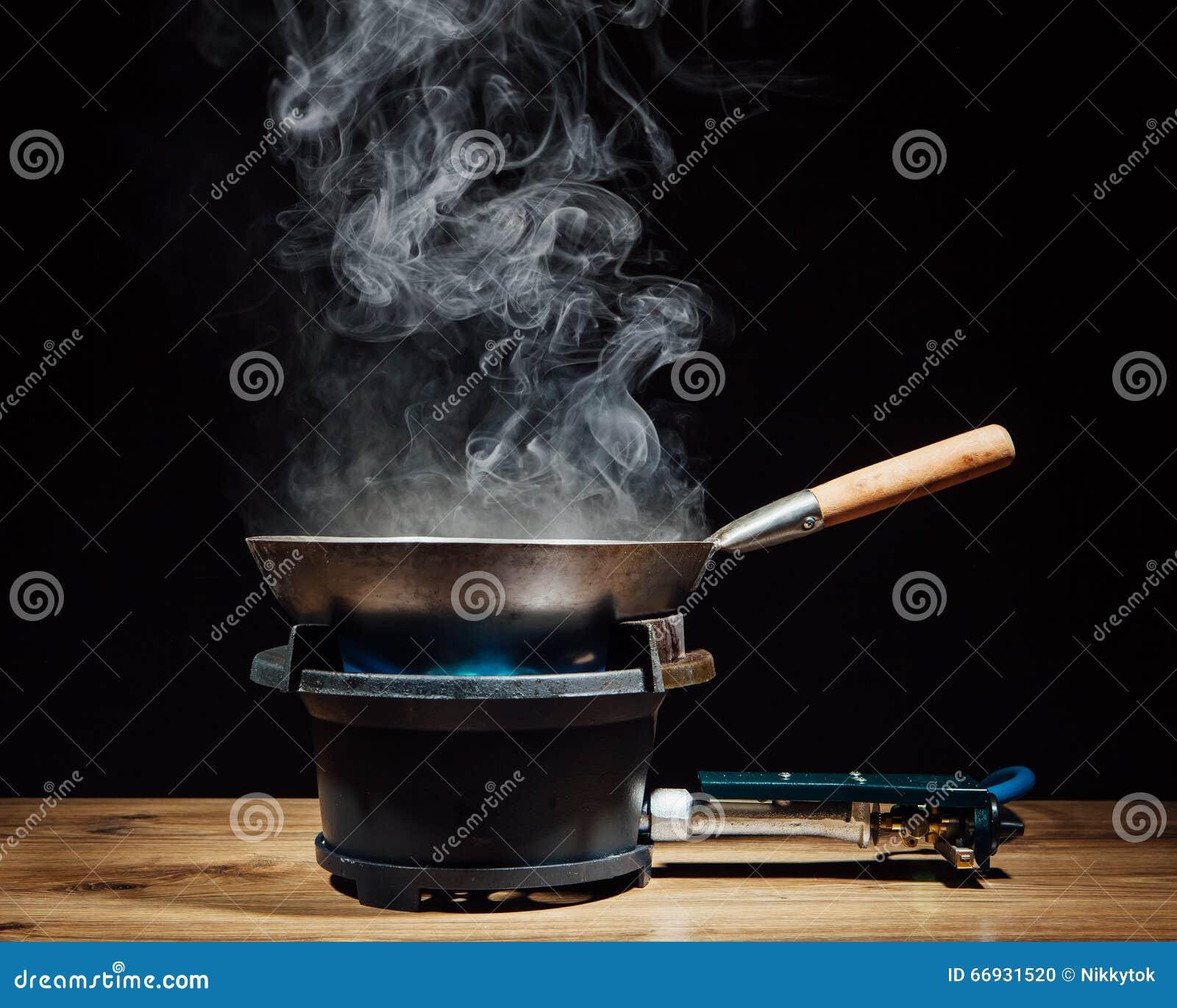 casserole chinoise de wok sur le br leur gaz du feu photo stock image 66931520. Black Bedroom Furniture Sets. Home Design Ideas