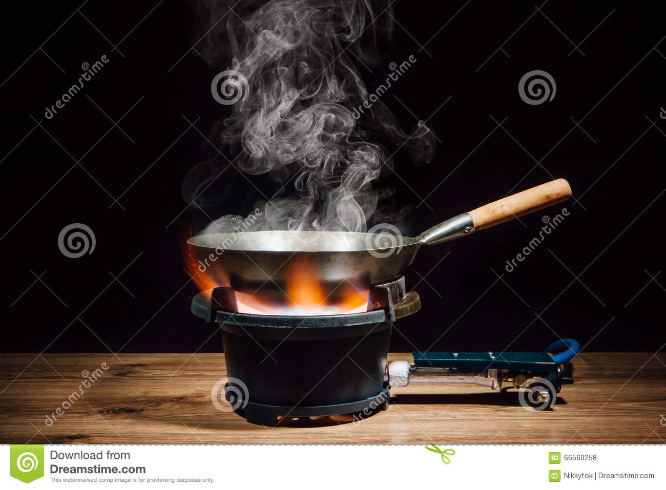 casserole chinoise de wok sur le br leur gaz du feu photo stock image 66560258. Black Bedroom Furniture Sets. Home Design Ideas