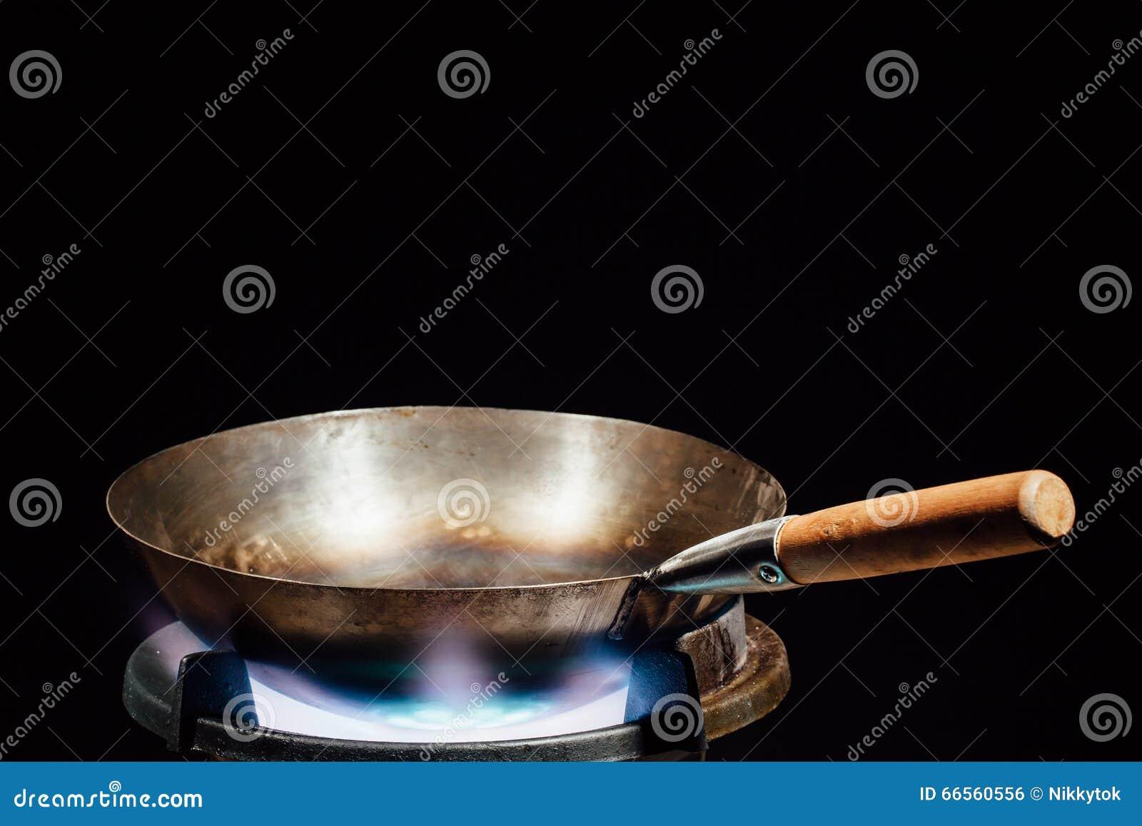 Casserole chinoise de wok sur le br leur gaz du feu for Cuisinier wok