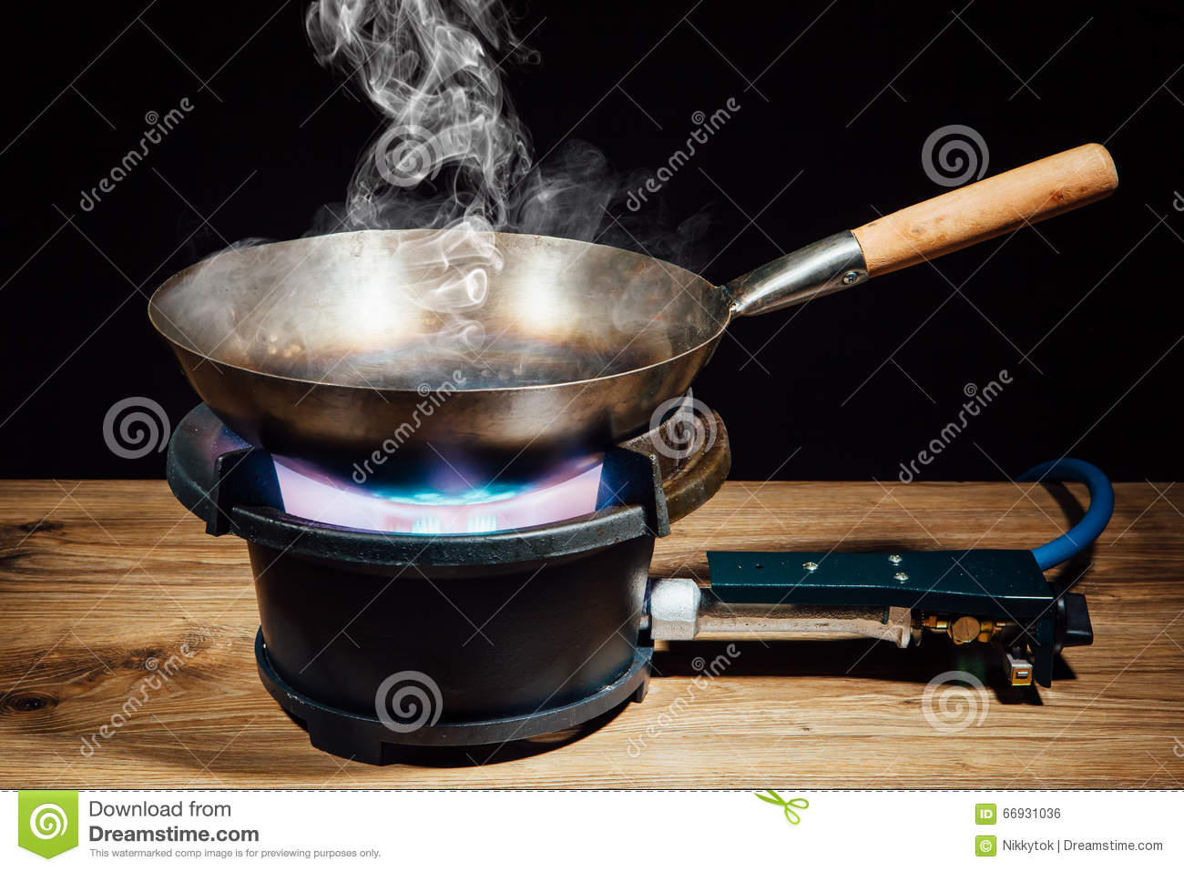 casserole chinoise de wok sur le br leur gaz du feu photo stock image 66931036. Black Bedroom Furniture Sets. Home Design Ideas