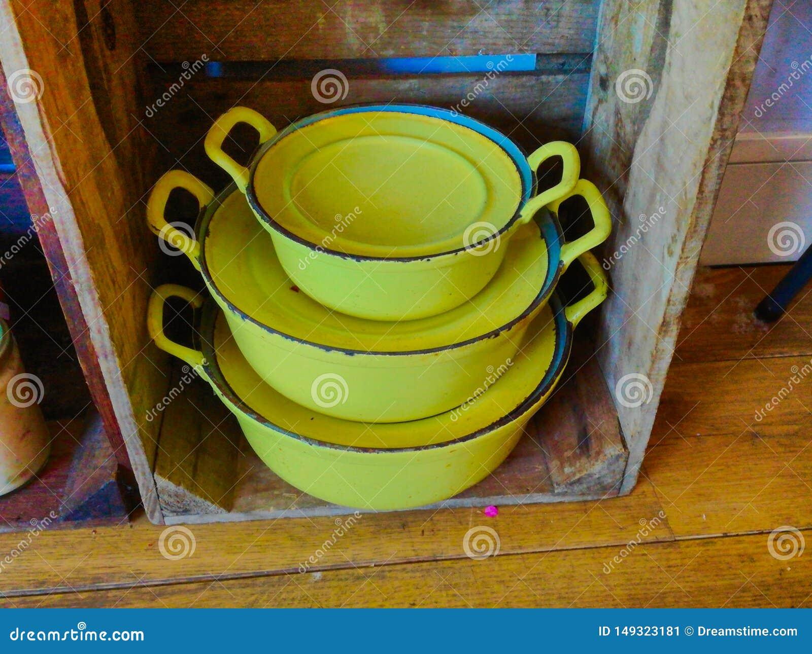 Casseroles jaunes de cru utilis?es comme d?coration