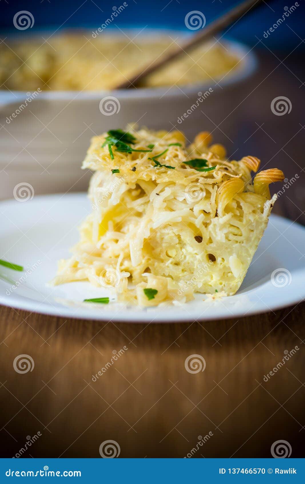 Casseruola dell uovo e della tagliatella su un piatto
