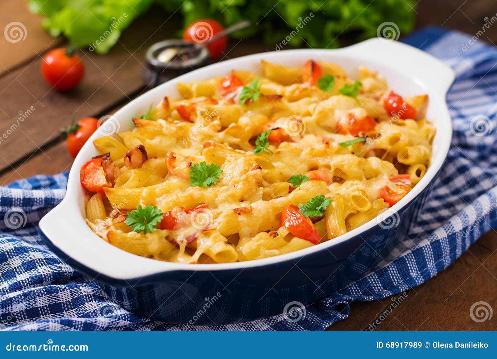 Casseruola della pasta, pomodoro, bacon