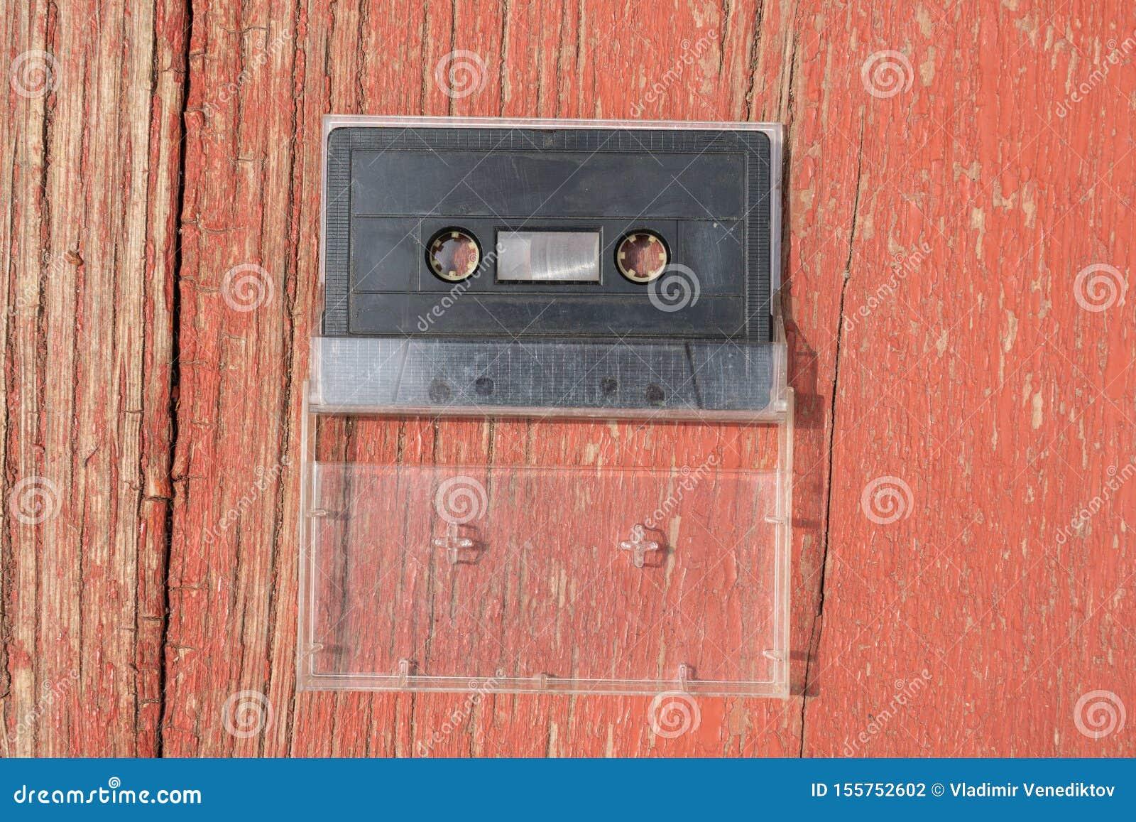 Cassete áudio preta velha do filme em uma tabela de madeira
