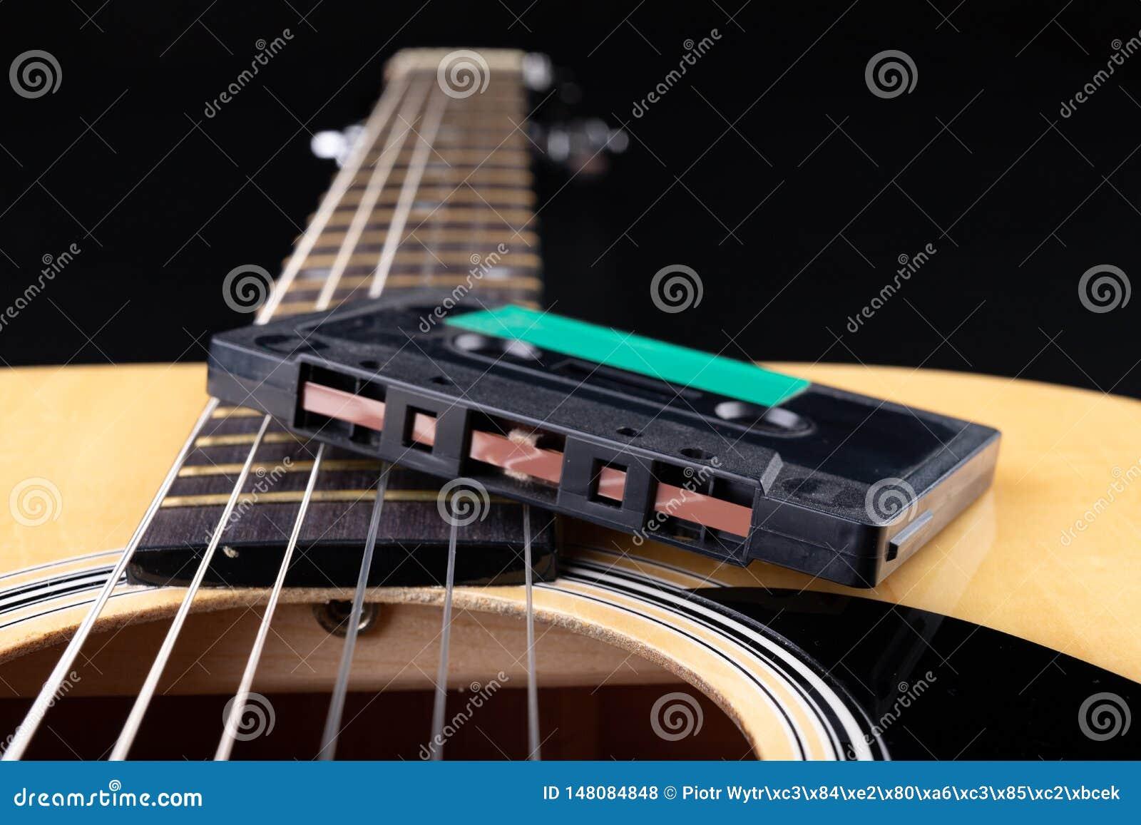 Cassete de banda magn?tica de guitarra ac?stica e Instrumento musical e portador velho da m?sica