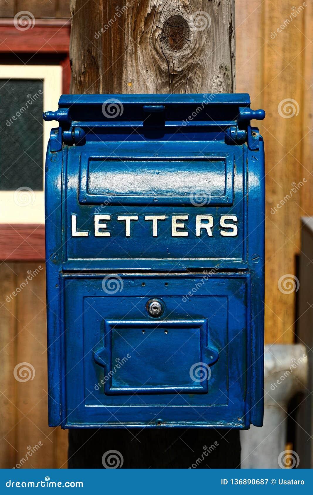 Cassetta della posta blu antica