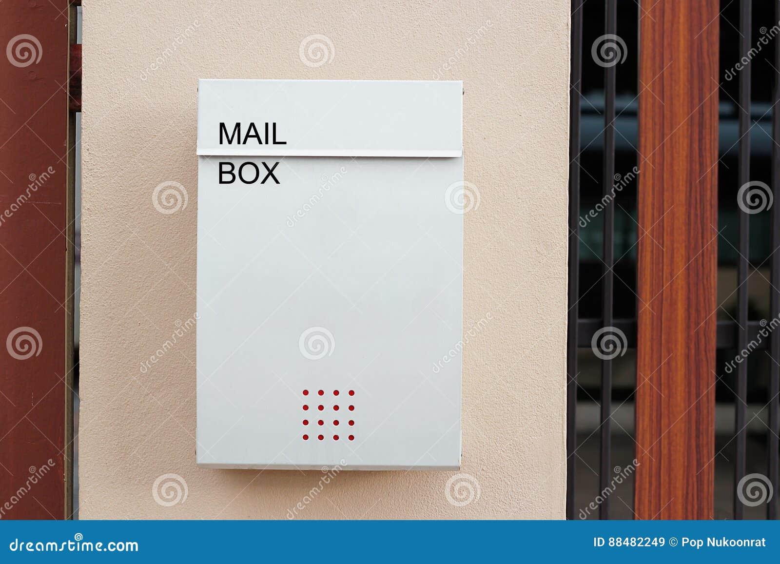 Lettere Da Appendere Al Muro cassetta delle lettere bianca moderna su un recinto della