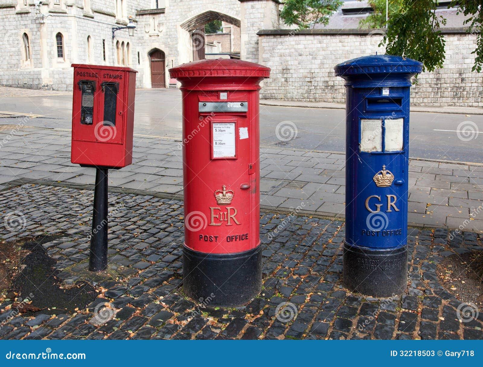 Cassetta delle lettere britannica rossa su una via della for Unito lettere