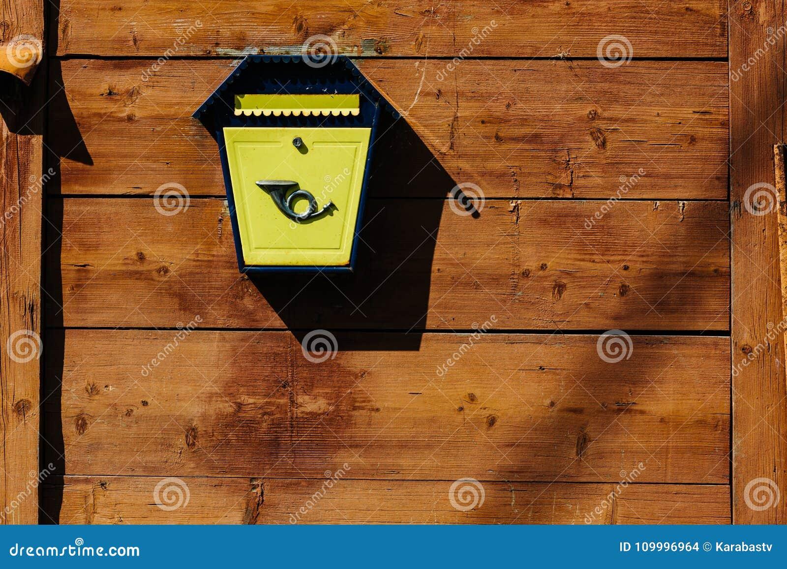 Lettere Di Legno Da Appendere : Cassetta delle lettere del metallo giallo su una parete di legno
