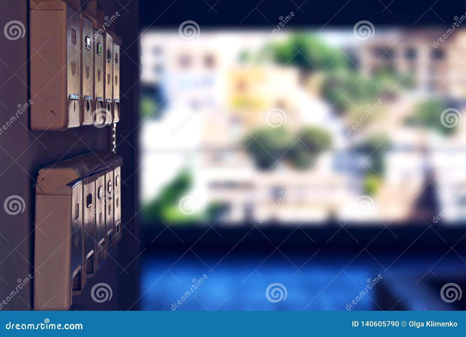 Cassette delle lettere beige nel corridoio aperto di un edificio residenziale che trascura la città di Agios Nikolaus