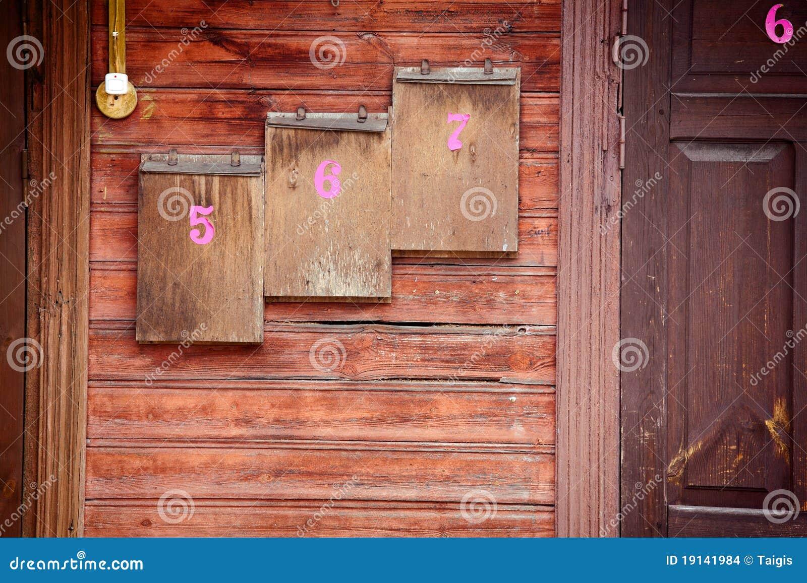 Cassette postali di legno su una parete fotografia stock - Parete di legno ...