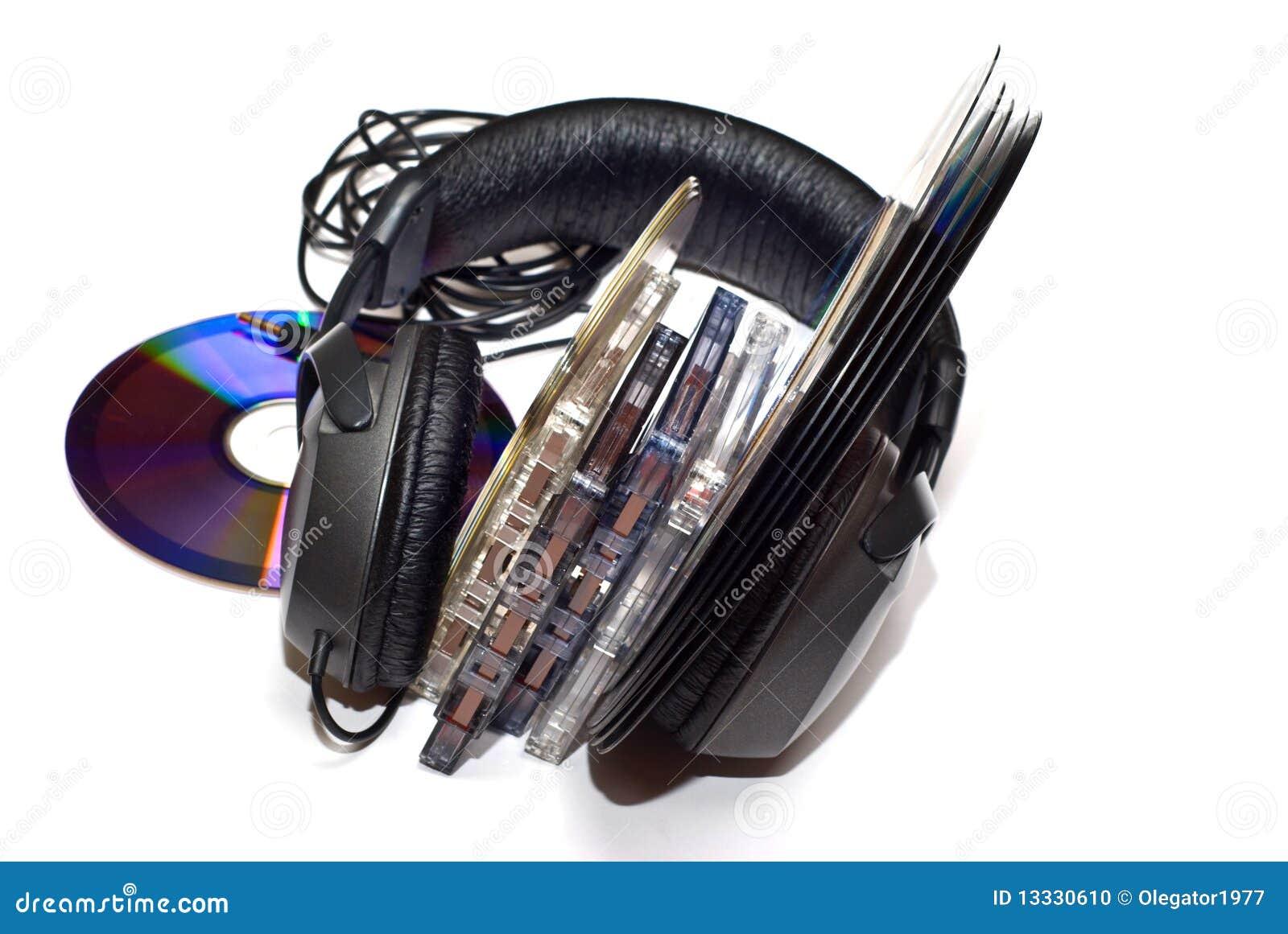 Cassettes, expedientes de vinilo, CD y auriculares