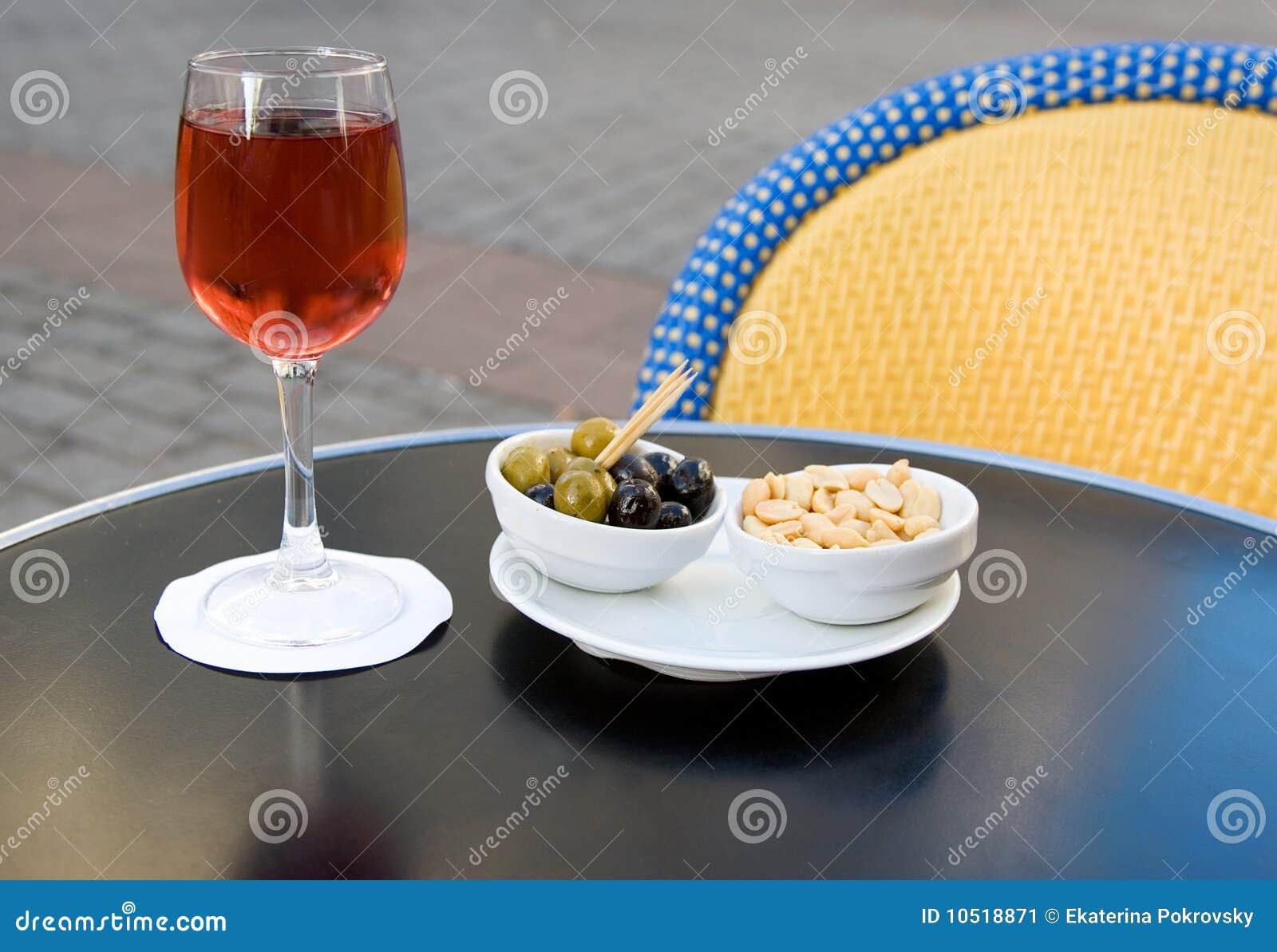 Cassis y nibbles franceses del kir del aperitivo