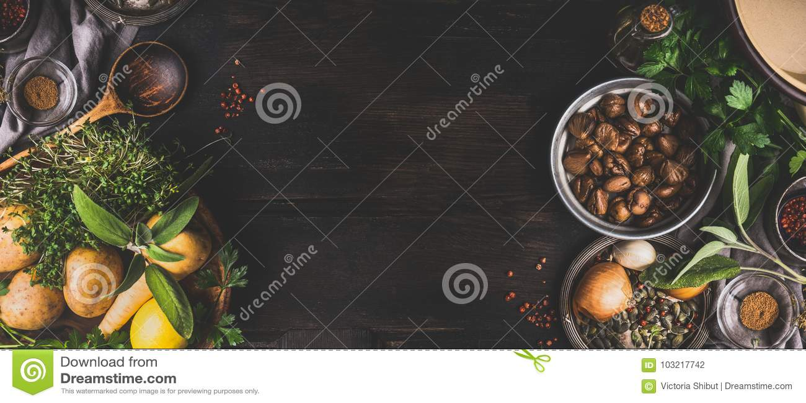 Castañas que cocinan los ingredientes en el fondo rústico oscuro, visión superior, lugar para el texto Comida estacional y consum
