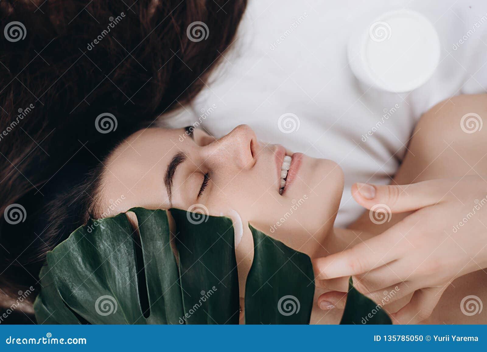 Castana adorabile con l aspetto attraente La stazione termale di cura di pelle si rilassa il concetto