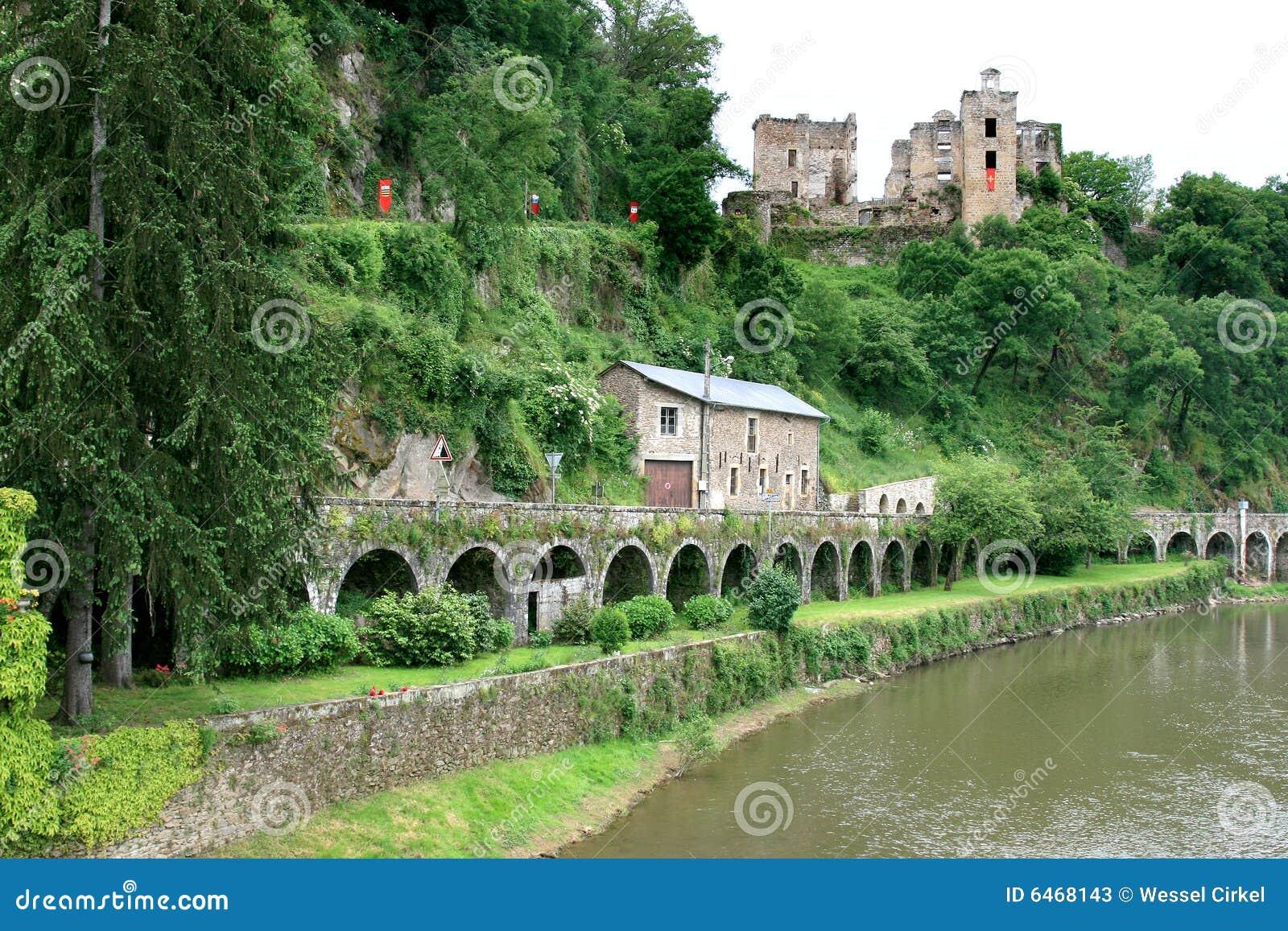 Castel France Lou rujnuje viel