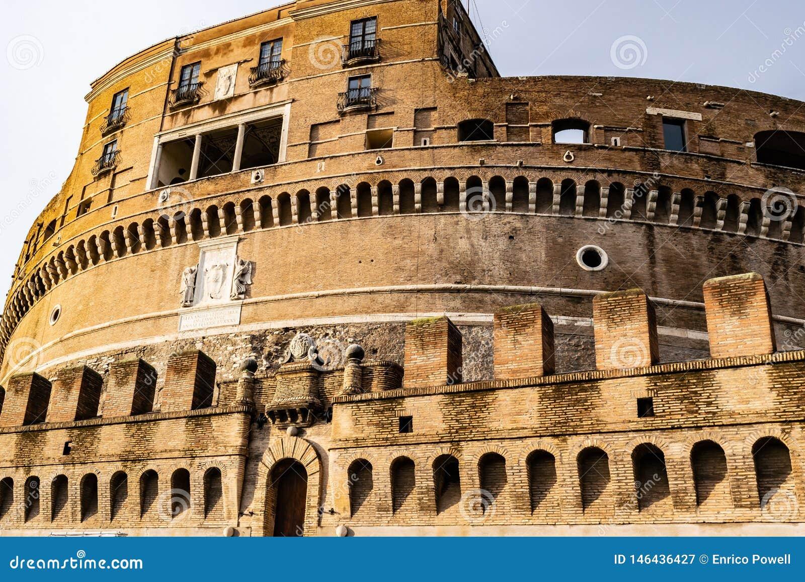 Castel Sant 'Angelo Mausoleum de Hadrian - castelo do anjo santamente uma construção cilíndrica elevada em Parco Adriano, Roma