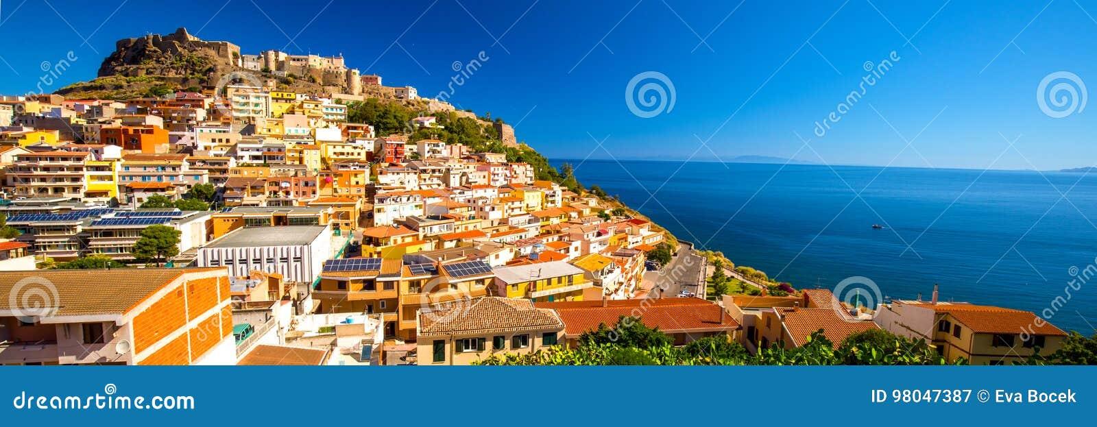 Castel y casas coloridas en la ciudad de Castelsardo, Cerdeña, Italia
