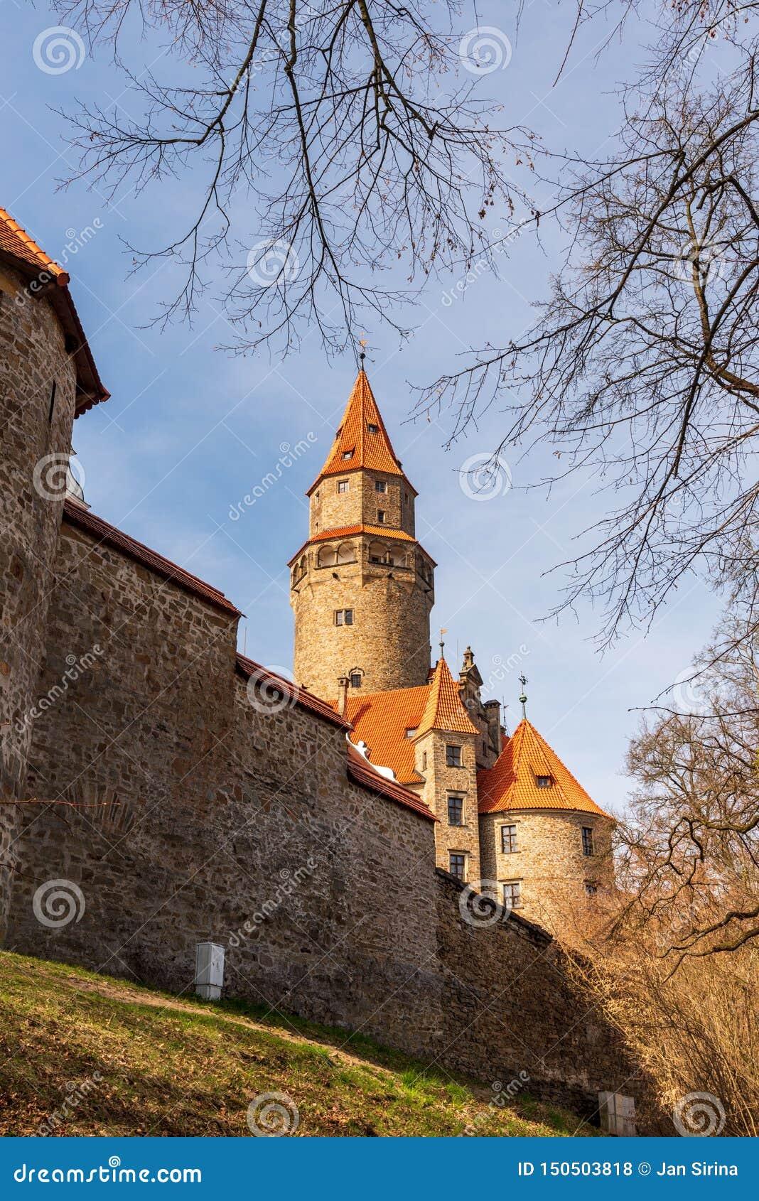 Castello di Bouzov con la parete in repubblica Ceca