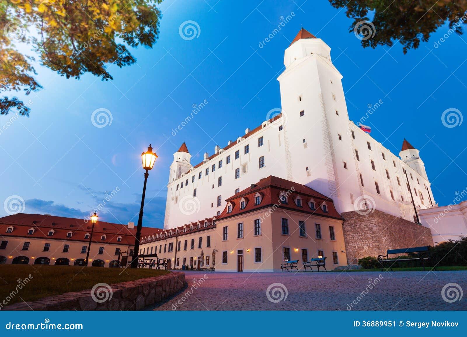 Download Castello Di Bratislava Alla Notte Immagine Stock - Immagine di fortificazione, luci: 36889951