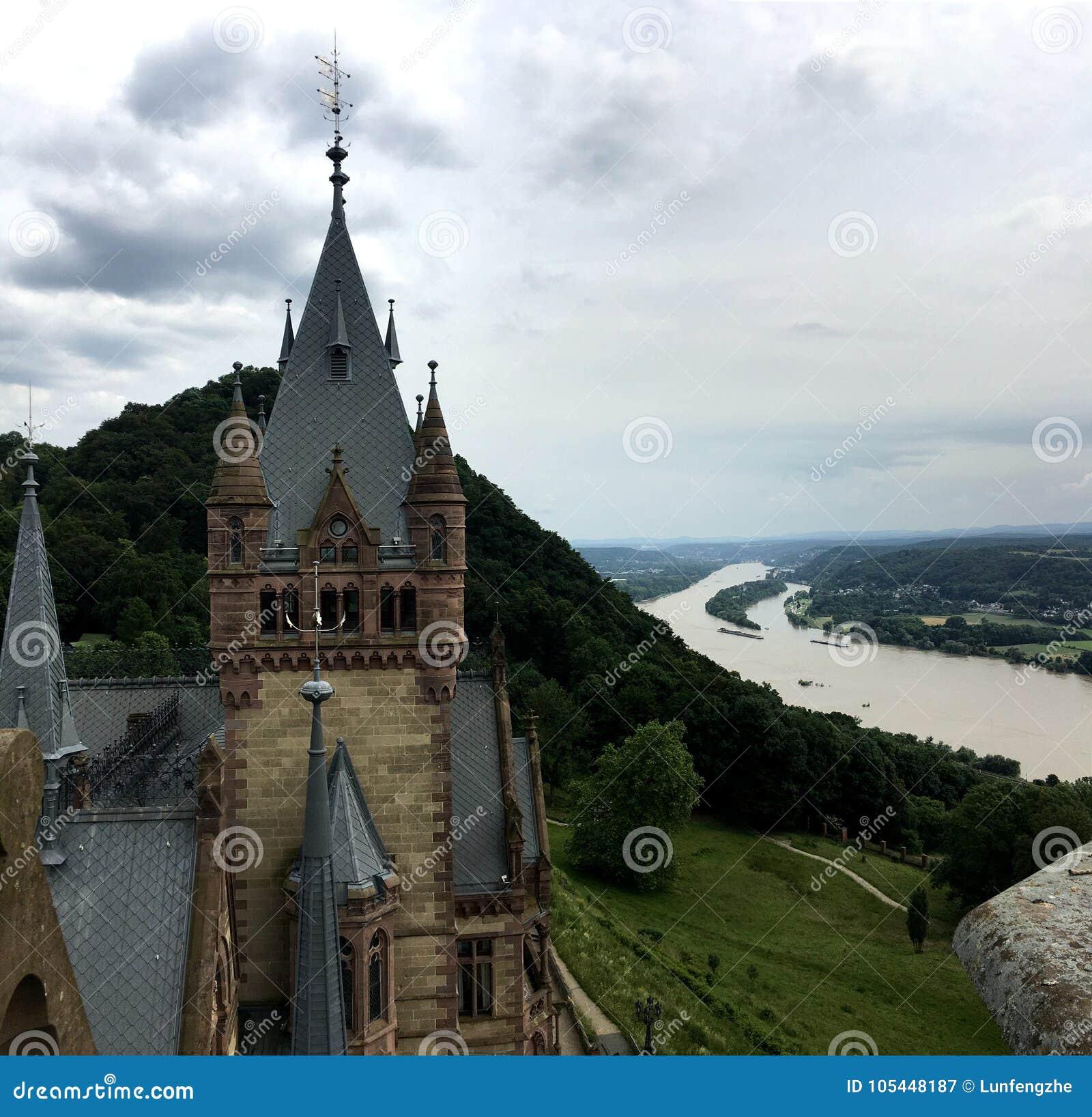 Castello di Drachenburg, Germania, il 1° luglio 2016 - trascurare il fiume il Reno e la città di Bonn