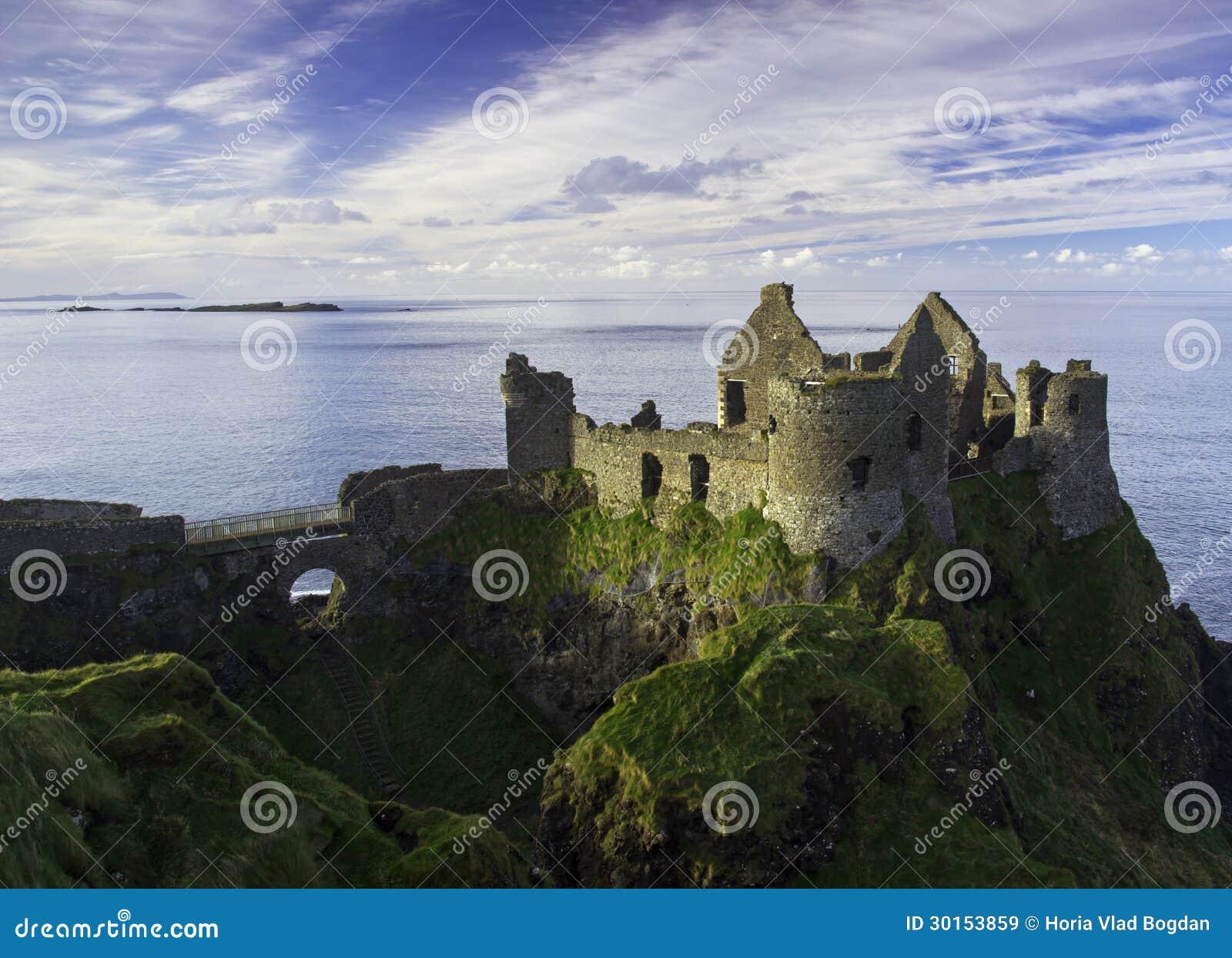 Castello di Dunluce ed alcune isole fuori dalla costa dell Irlanda del Nord.