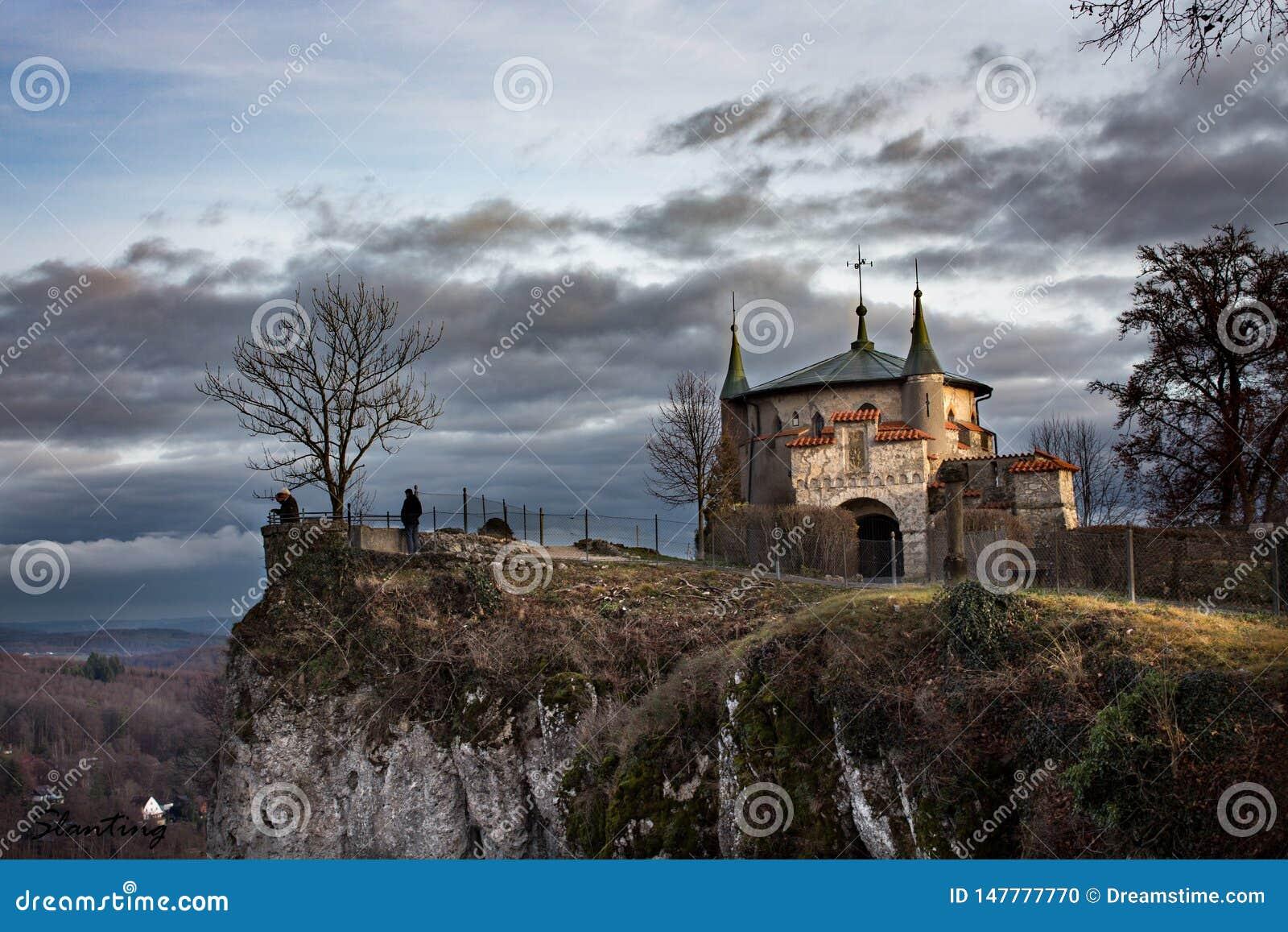 Castello di favola su una scogliera