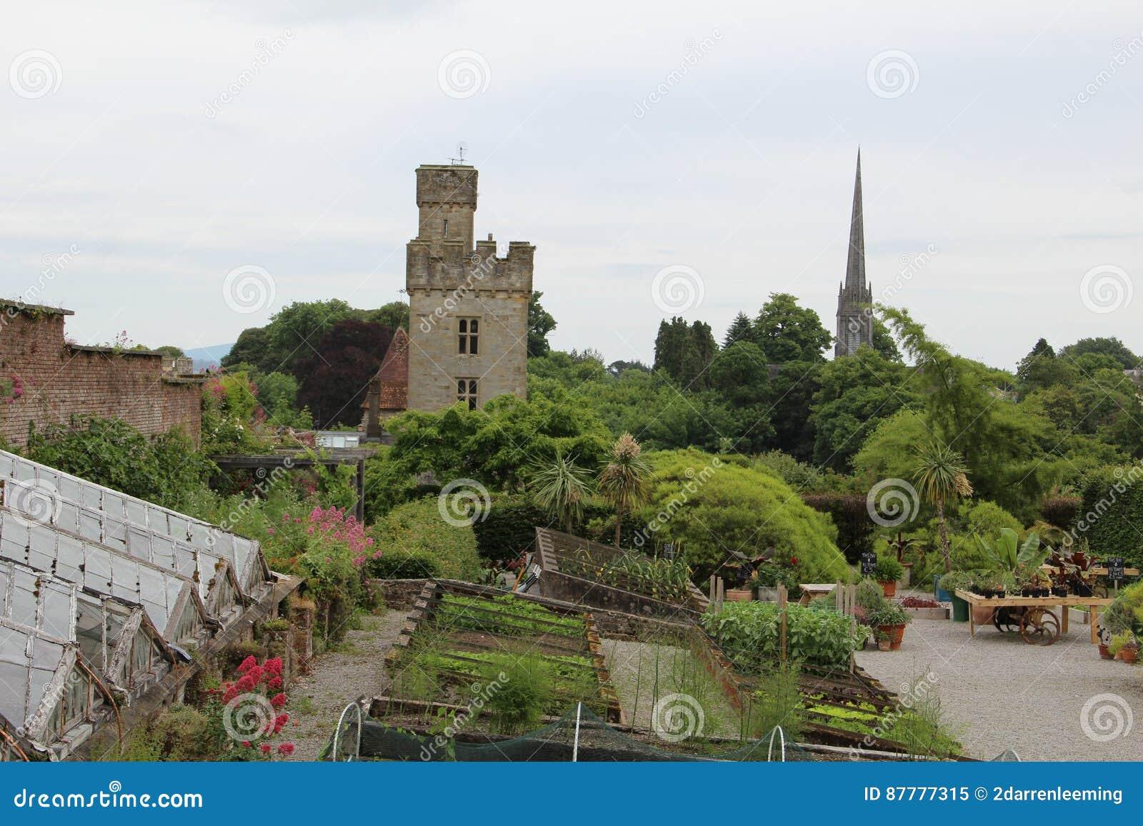 Castello di Lismore dalla distanza e dal giardino Waterford Irlanda