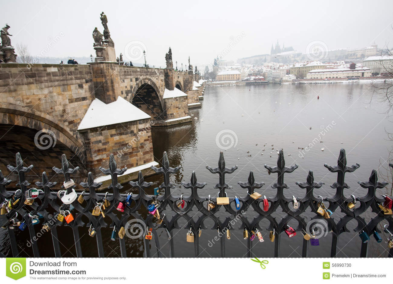 Castello di Praga e di Charles Bridge nell inverno con i lucchetti in priorità alta