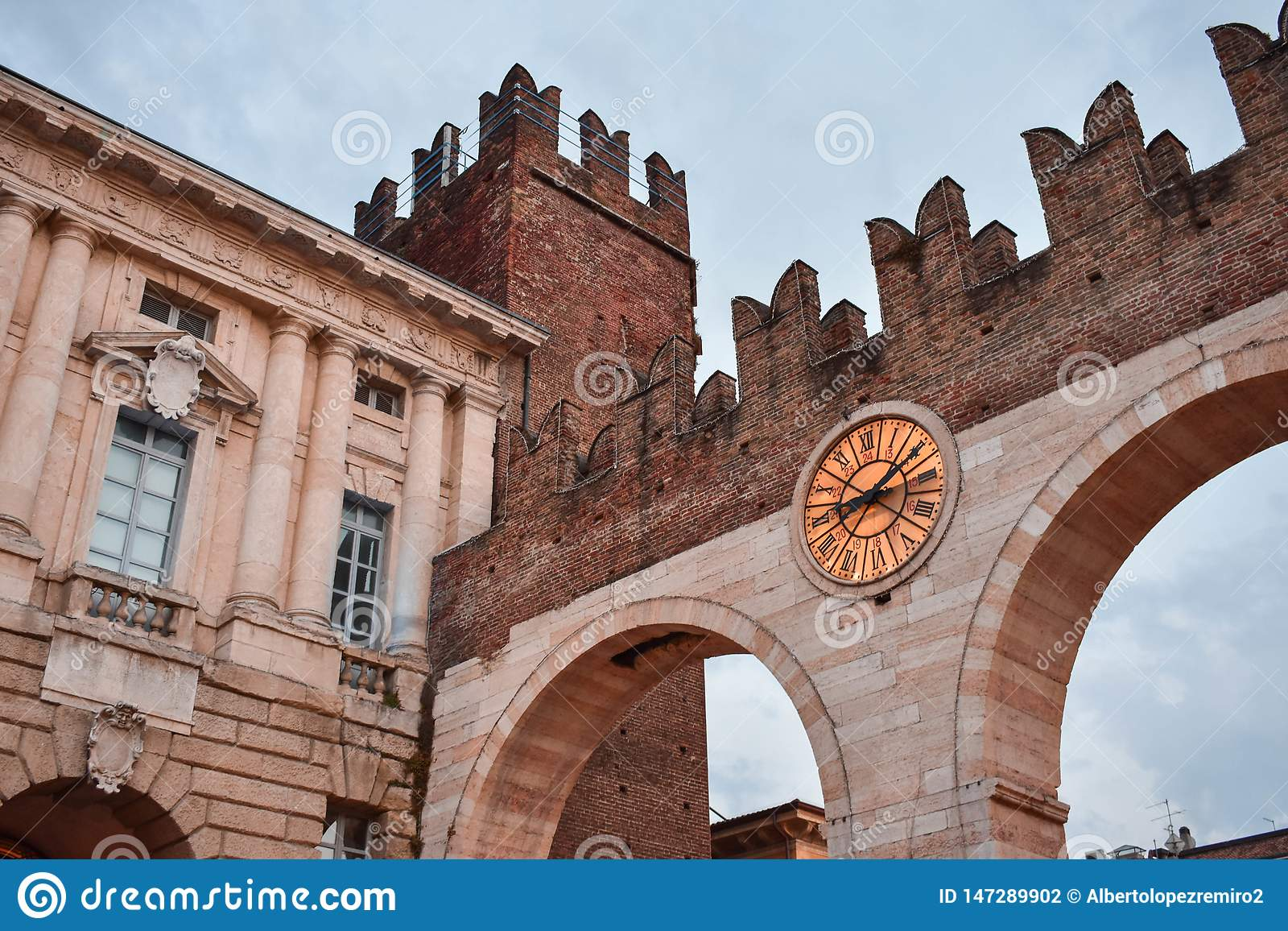 Castello italiano medievale a Verona: Reggiseno di della di Portoni