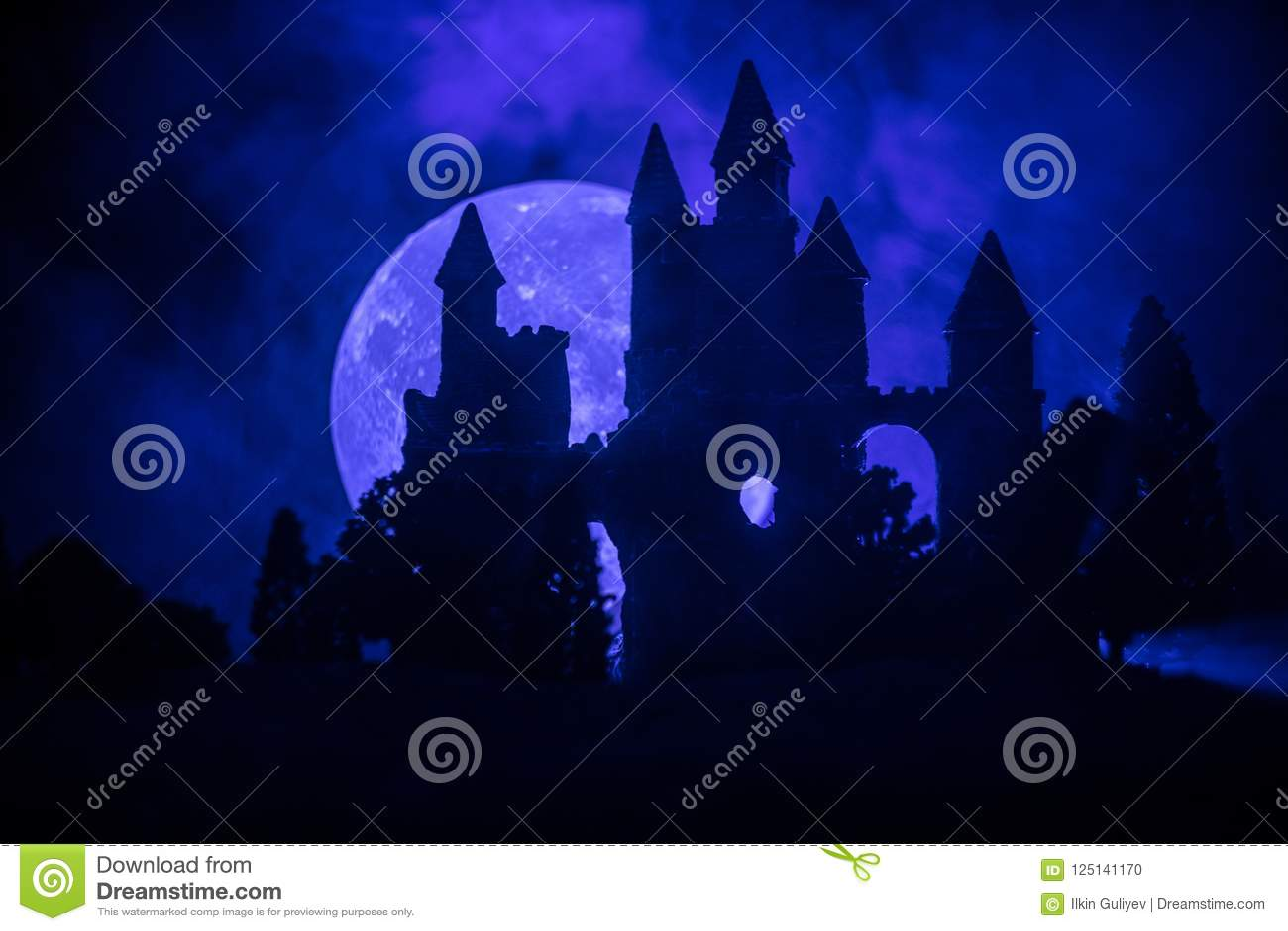 Castello medievale misterioso in una luna piena nebbiosa Vecchio castello abbandonato di stile gotico alla notte