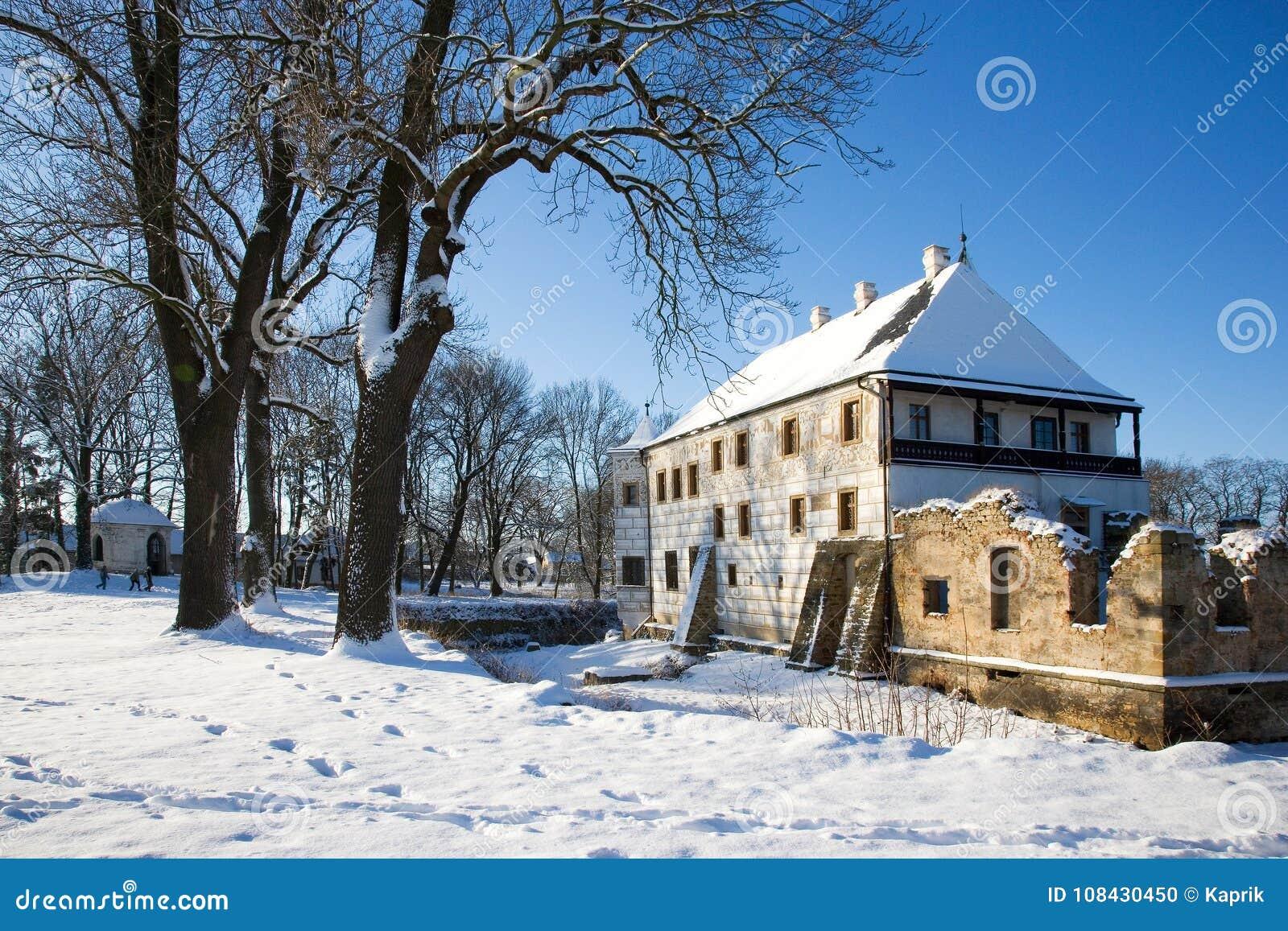 Castello nevoso di rinascita di inverno in Prerov nad Labem, Boh centrale