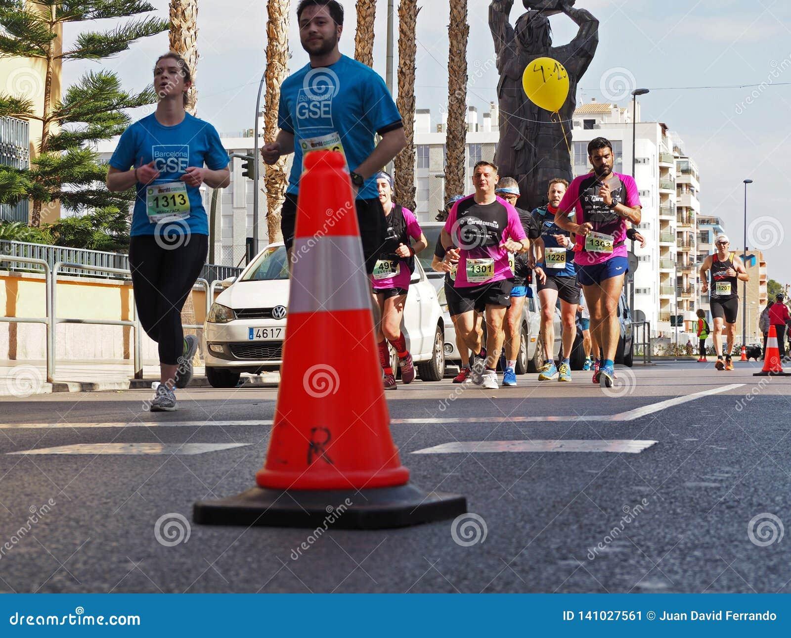 Castellon, Испания 24-ое февраля 2019 бегуны во время гонки марафона
