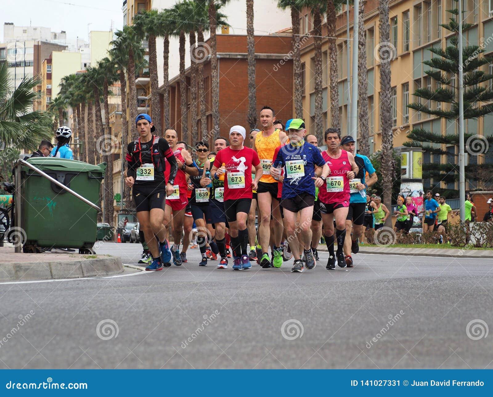 Castellon, Espanha 24 de fevereiro de 2019 corredores durante uma raça de maratona
