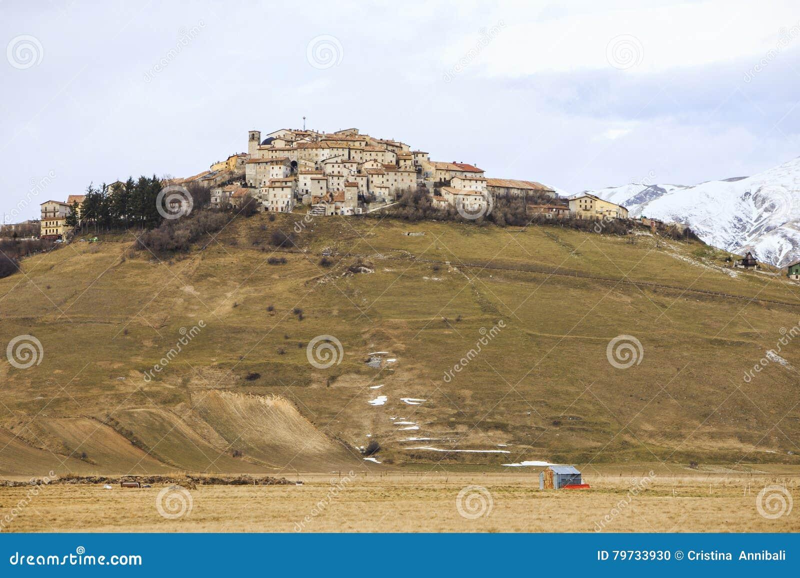 Castelluccio de Norcia antes del terremoto devastador en centavo