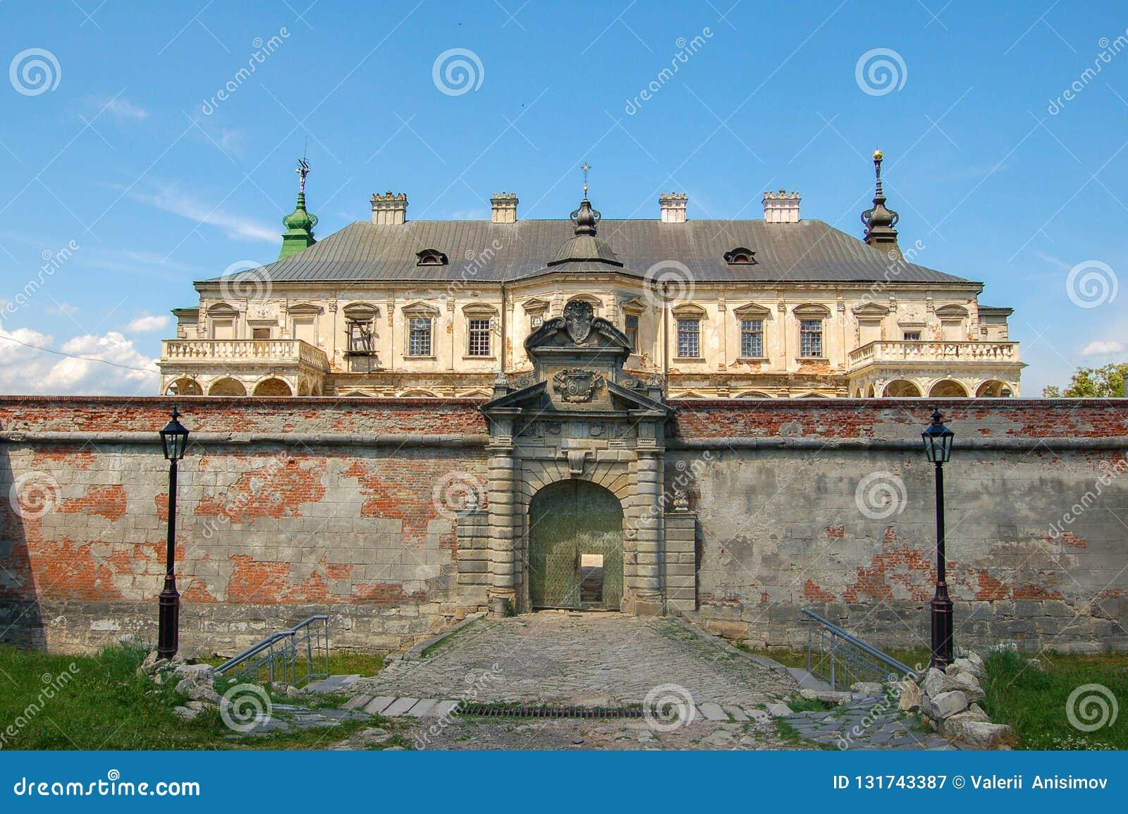 Castelo abandonado velho na região de Lviv, Pidhirtsi, Ucrânia, desde 1635 ano A vista da parte anterior
