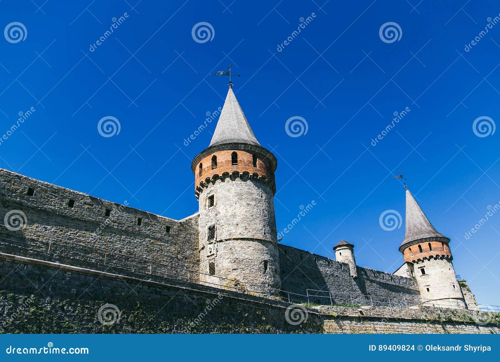 Castelo bonito em um monte da montanha