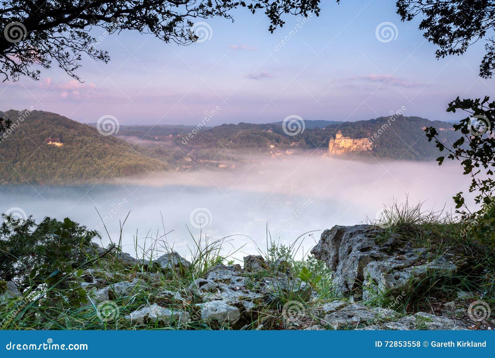 Castelo Castlenaud acima da névoa do amanhecer