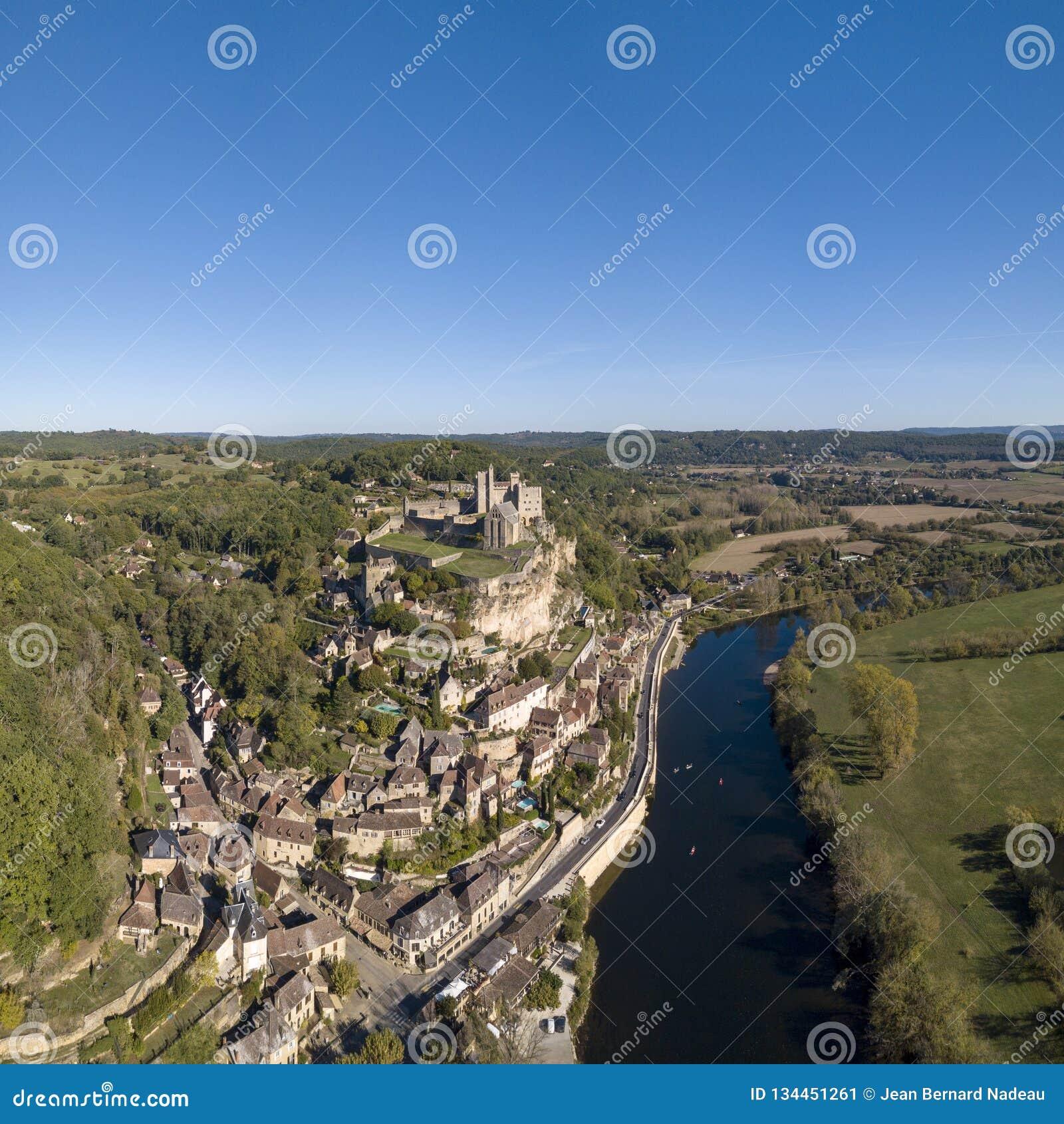 Castelo de Beynac, empoleirado em sua rocha acima do rio Dordogne, França