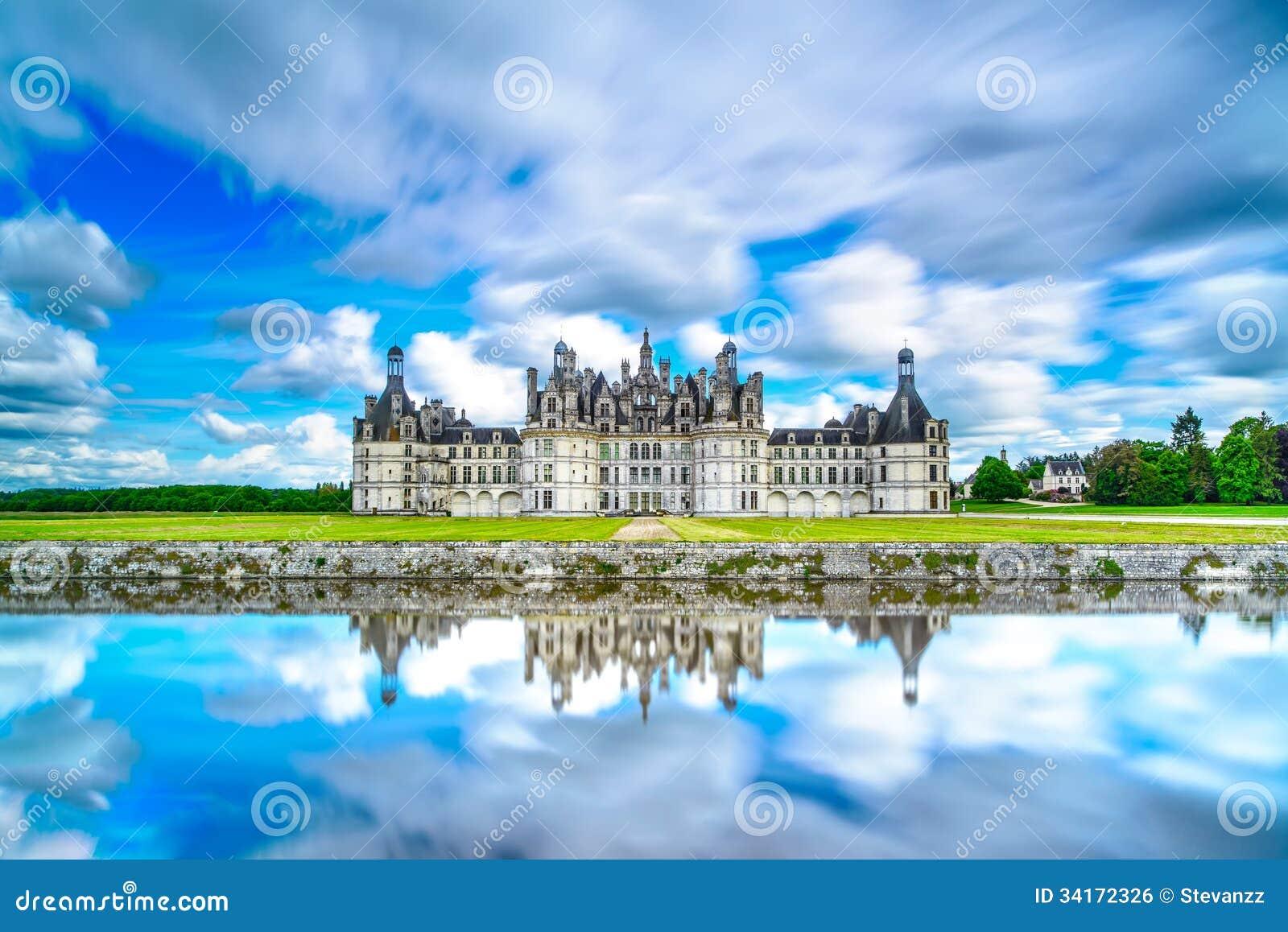 Castelo de Chambord, castelo francês medieval do Unesco e reflexão. Loire, França