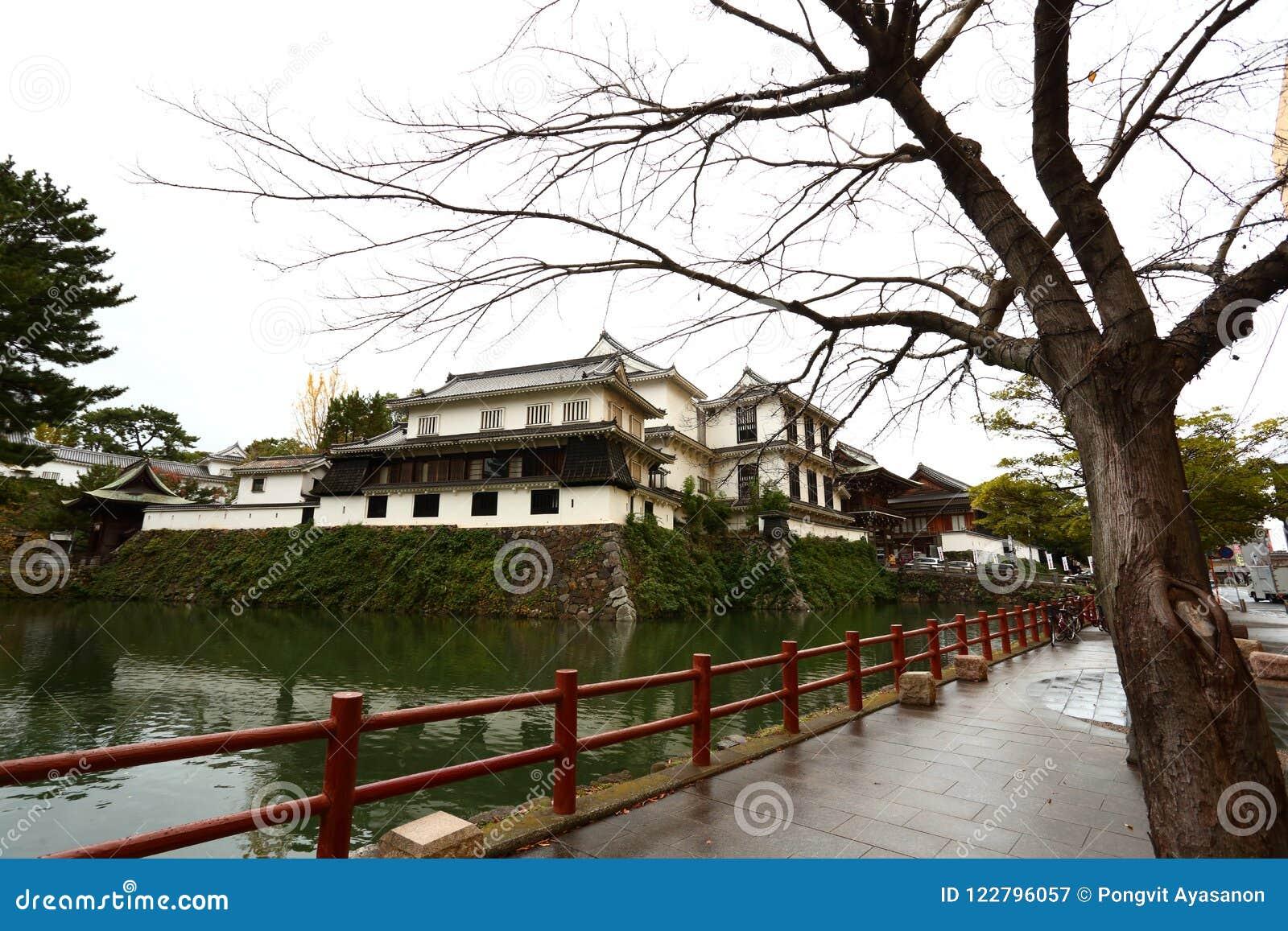 Castelo de Kokura-jo, castelo japonês no parque de Katsuyama em Kitakyush