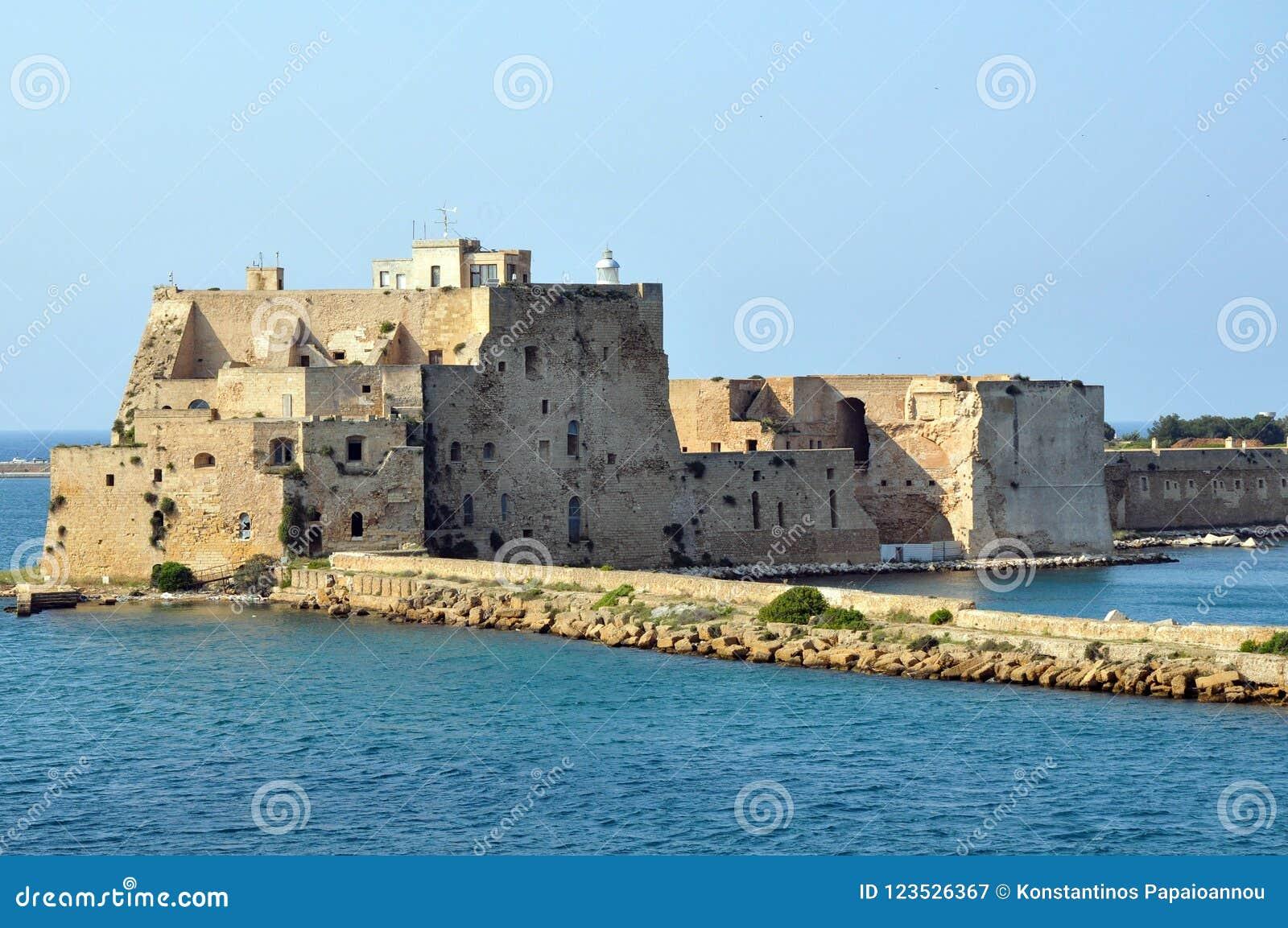 Castelo do Alfonsino no porto de Brindisi em Itália