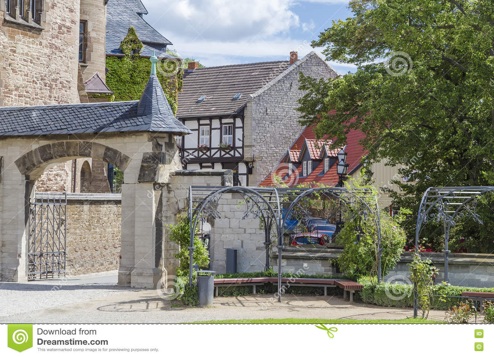Castelo em Wernigerode e em casas metade-suportadas
