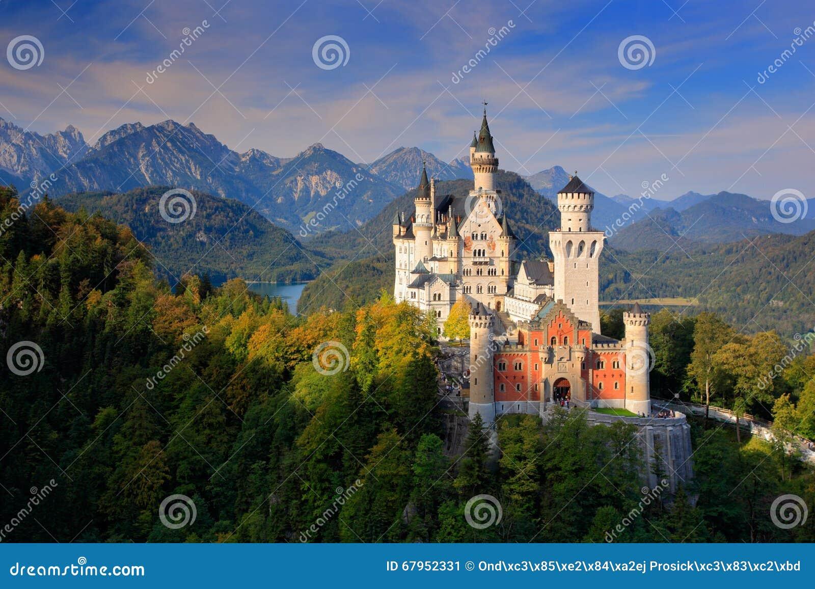 Castelo famoso de Neuschwanstein do conto de fadas em Baviera, Alemanha, fim da tarde com o céu azul com nuvens brancas