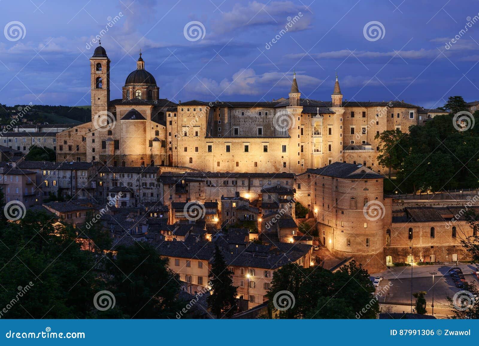 Castelo iluminado Urbino Itália