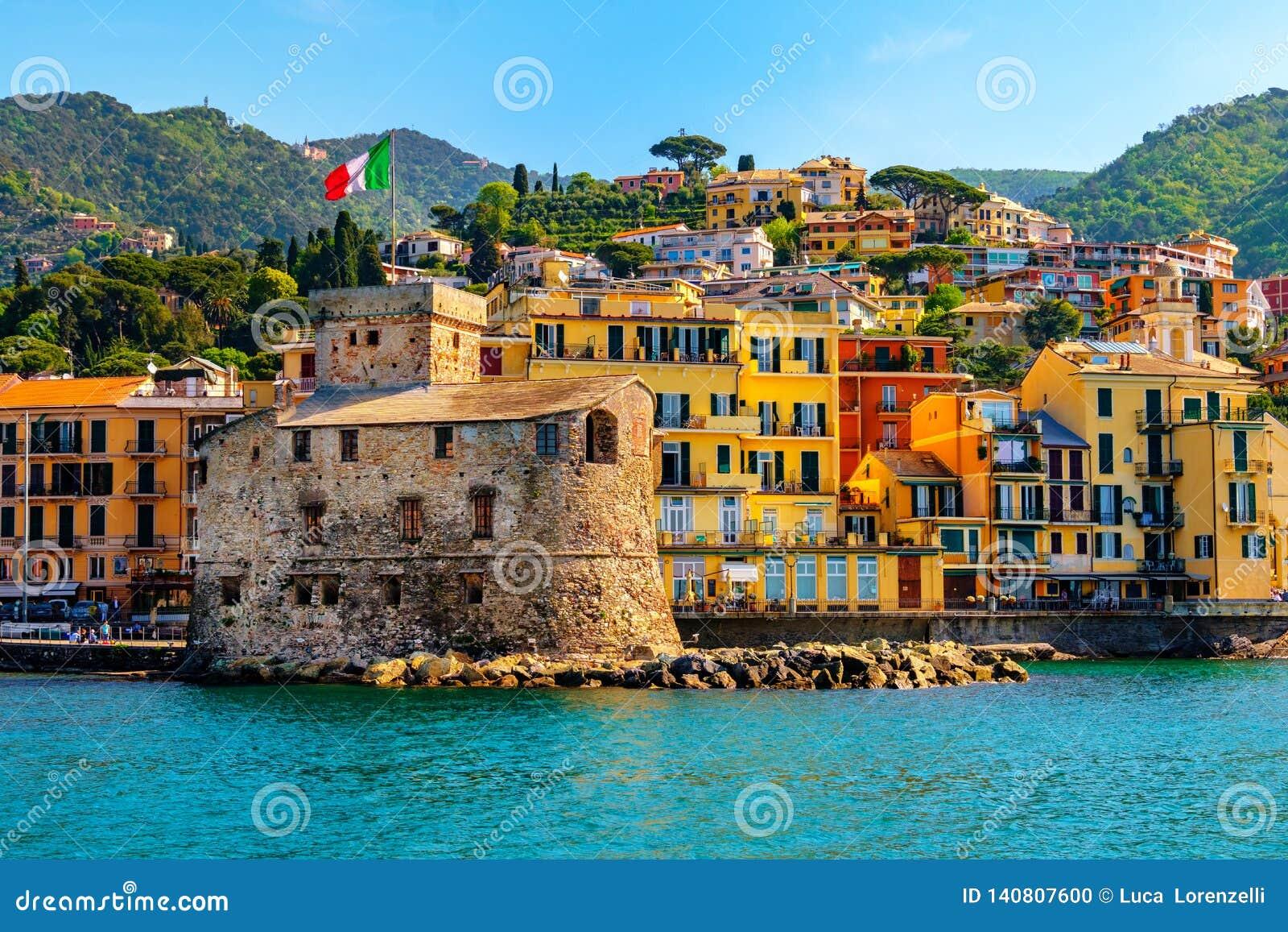 Castelo italiano pelo mar Castello di Rapallo na área italiana de riviera Portofino - Genebra - Liguria - Itália