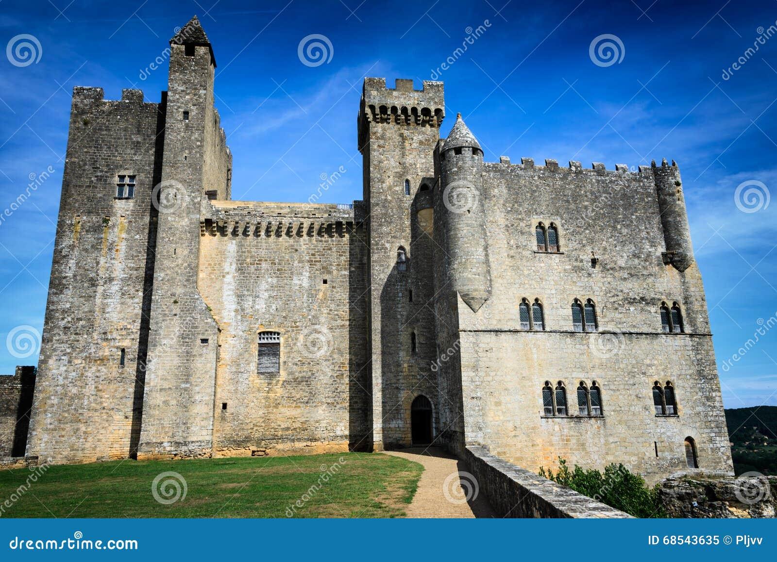 Castelo medieval ao longo do rio de Dordogne