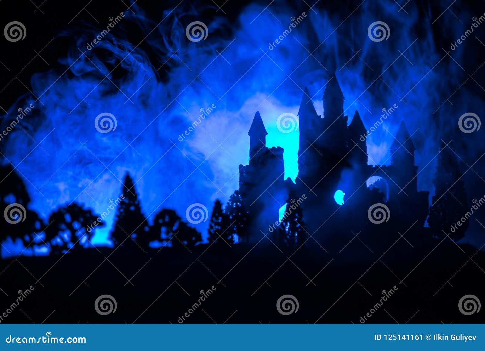 Castelo medieval misterioso em uma Lua cheia enevoada Castelo velho abandonado do estilo gótico na noite
